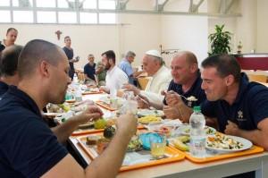 Bergoglio pseudopapa democratico alla mensa vaticana (25 luglio 2014) 2