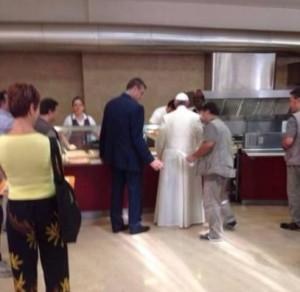 Bergoglio pseudopapa democratico alla mensa vaticana (25 luglio 2014) 5