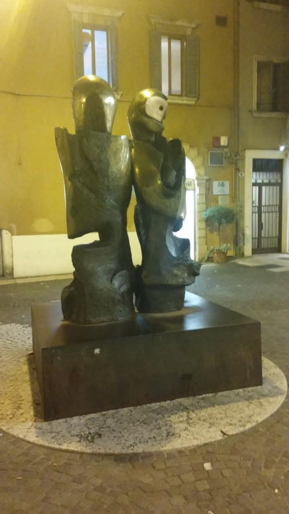 Romeo e Giulietta di Nag Arnoldi piazzato in Via San Rocchetto (traversa fra Via Mazzini e Galleria Pellicciai) 1