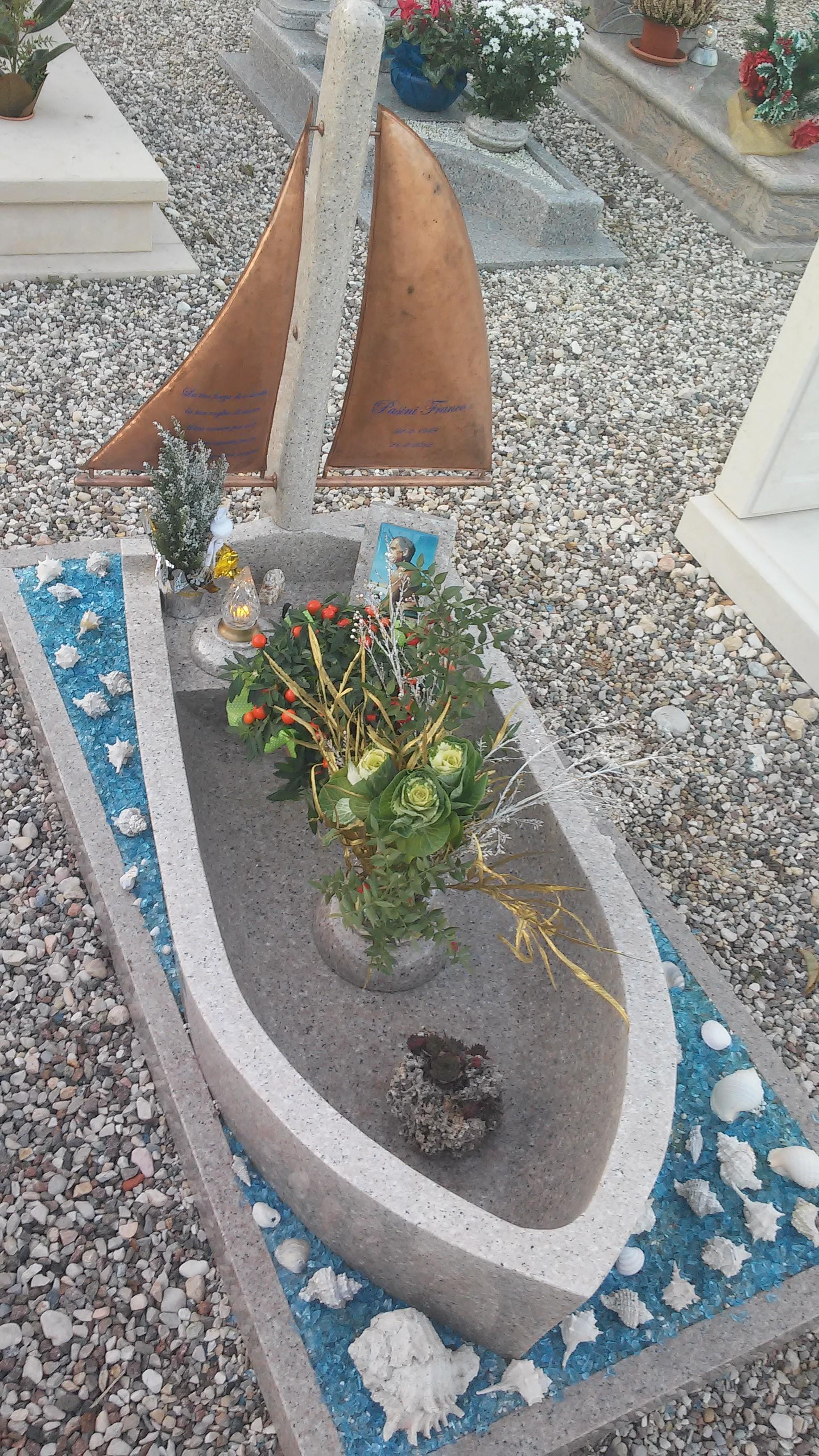 Tomba a forma di barca a vela e con foto da nudista del morto. Itali omnes athei, totalmente scristianizzati. Cimitero di Tregnago (Vr) 2