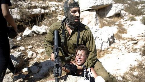 milite giudeo contro innocente