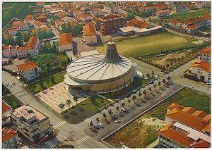 Trissino (Vicenza). La chiesa parrocchiale di S. Pietro, progettata durante il concilio vaticano II, che sembra un cinema, opera di Antonio Nervi e F. Vacchini (1975) 4