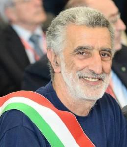 Non ha cravatta, sindaco Messina rimane fuori dall'Ars