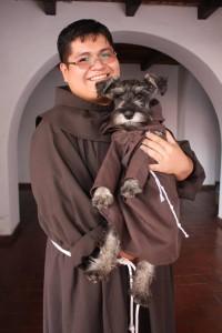 Baffo, cane adottato dai francescani conciliari di Cochabamba, in Bolivia, che gli mettono il saio. Animali animalisti felici 6